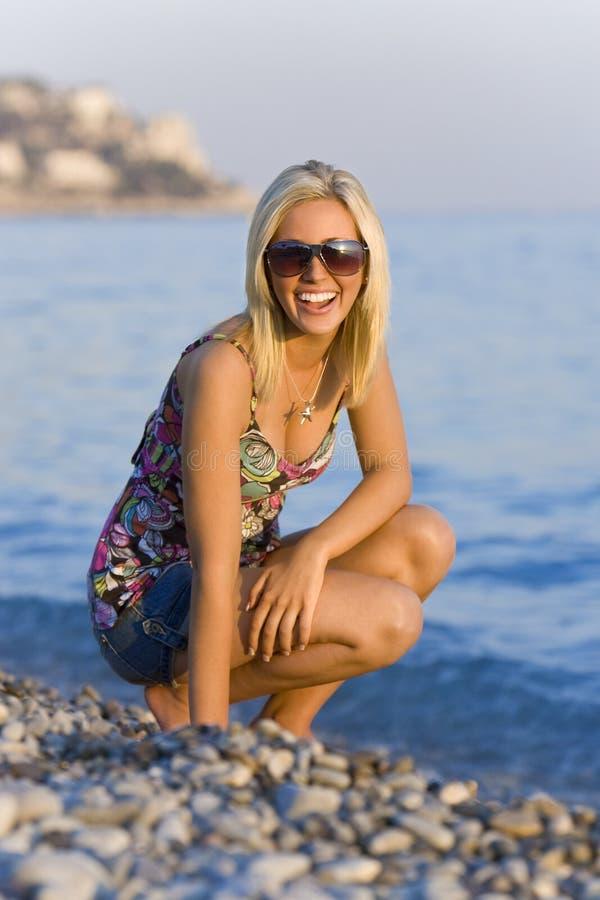 Felice alla spiaggia fotografia stock