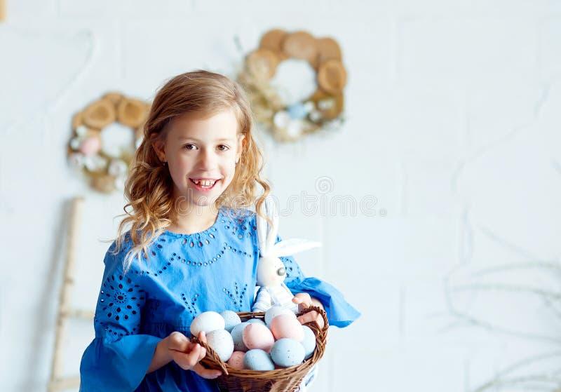 felice bambina di Pasqua con un cesto di uova immagini stock libere da diritti