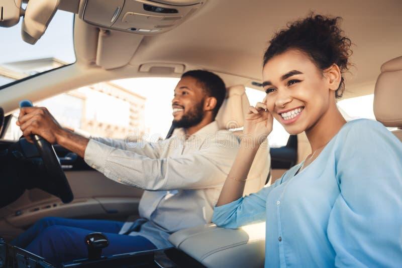 Felice di viaggiare insieme Coppia afro-americana in auto fotografia stock