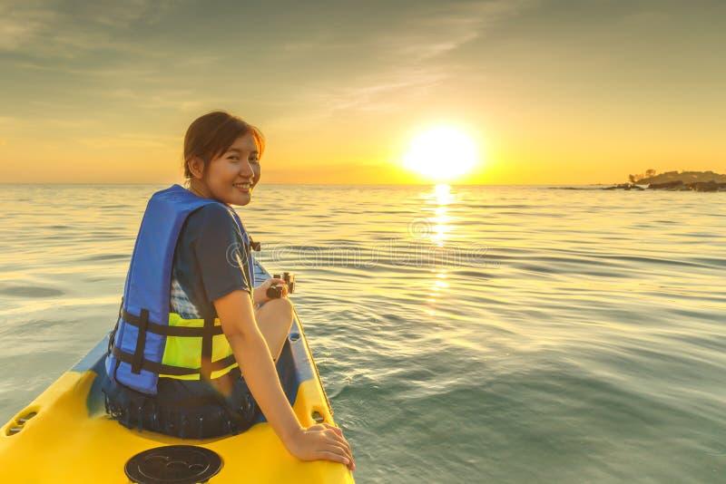 Felice donna a Kayak fotografia stock
