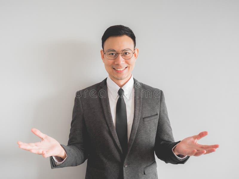 Felice e rilassi l'uomo di affari del responsabile del capo in vestito nero fotografia stock libera da diritti