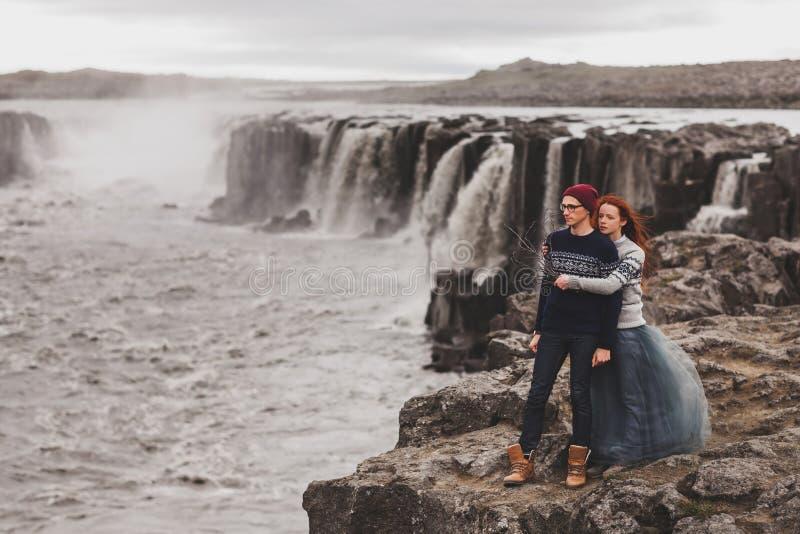Felice giovane coppia innamorata che cammina vicino alla popolare cascata Selfoss in Islanda immagine stock libera da diritti