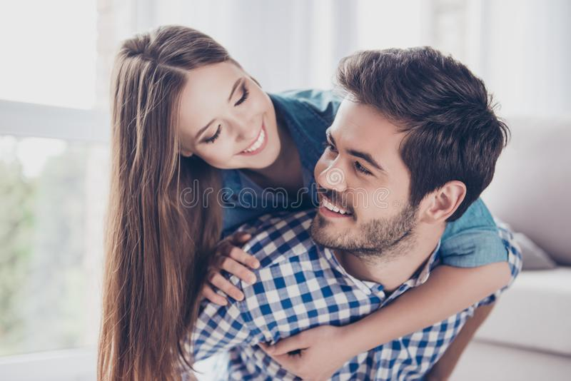felice insieme Le belle coppie di giovani amanti allegri sono h immagini stock