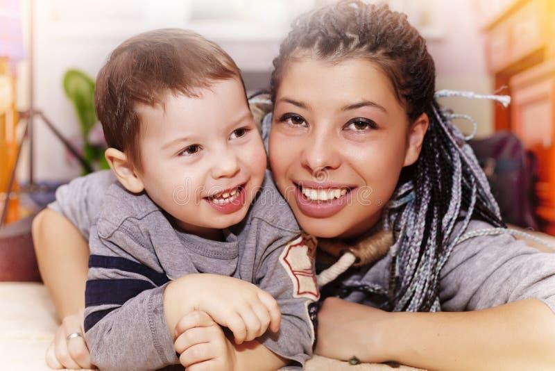 Felice, madre, piccolo figlio, felice, allegro, sorrisi, h fotografie stock