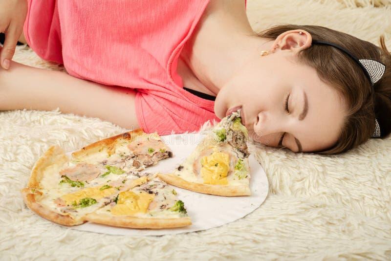 Felice mangia troppo la ragazza fotografie stock libere da diritti