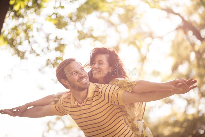 Felice nell'amore Coppie di medio evo alla natura fotografie stock
