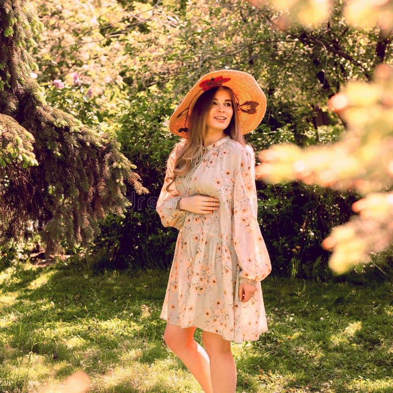 Felice ragazza nel parco Modo estruale fotografia stock