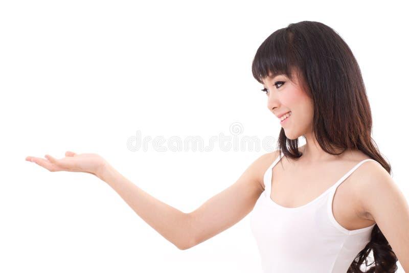 felice, sorridendo, donna contenta che solleva la sua rappresentazione della mano immagine stock libera da diritti
