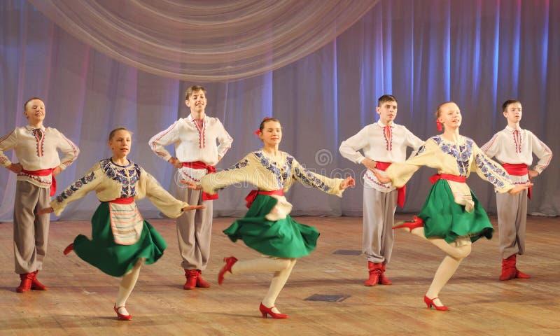 Felices Danzas Populares Foto De Archivo Editorial. Imagen