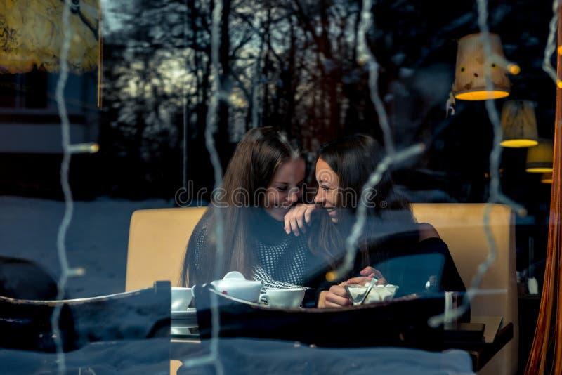 Felices novias, encontrándose en un café, tirando detrás imagen de archivo libre de regalías
