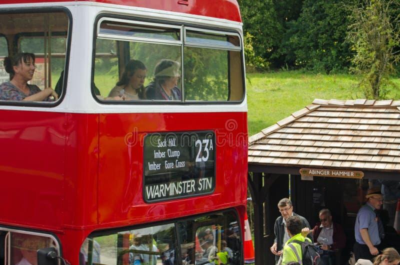 Felices pasajeros de bus en Imber, Wiltshire imagen de archivo libre de regalías