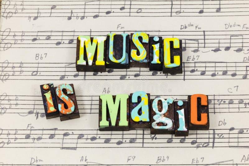Felices vivos de la hoja musical mágica mágica de la canción de la música disfrutan del tipo de la prensa de copiar foto de archivo libre de regalías