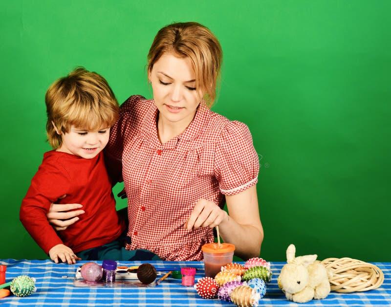 Felicidad de la familia y concepto de la celebración de Pascua Mujer y niño pequeño imágenes de archivo libres de regalías