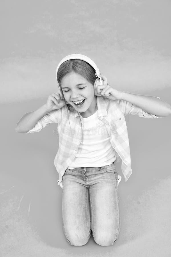 Felicidad de la niñez Jugador Mp3 [1] el pequeño niño escucha ebook, educación El día de los niños Tecnología audio r fotos de archivo