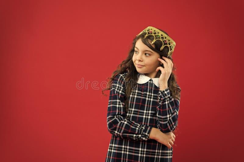 Felicidad de la ni?ez Ni?a feliz Belleza y moda peque?o ni?o de la muchacha con el pelo perfecto Peque?a moda del ni?o fotografía de archivo libre de regalías