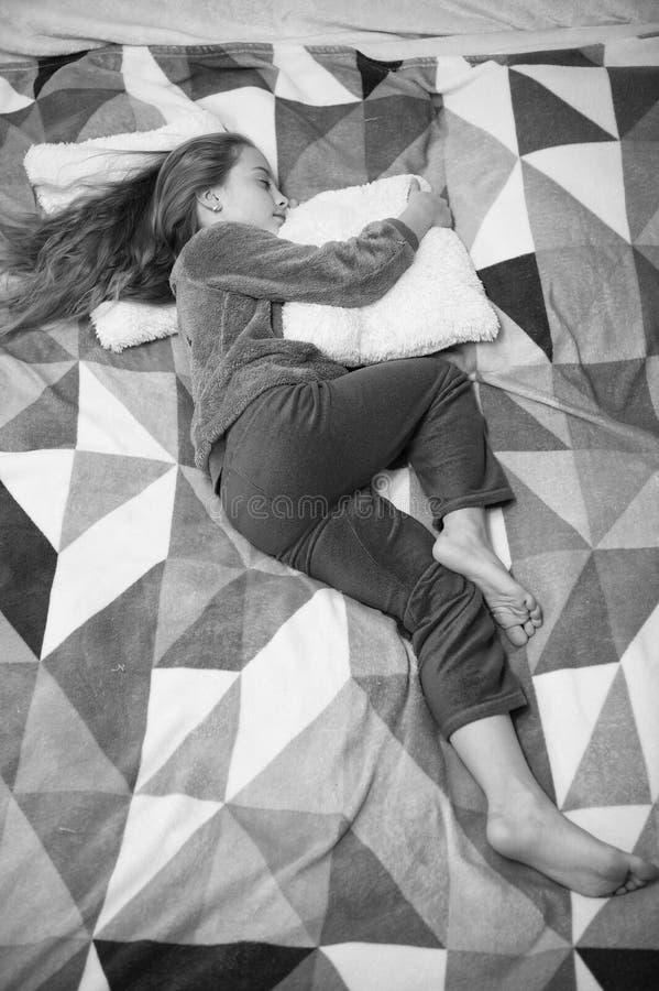 Felicidad de la ni?ez Poco muchacha feliz en dormitorio Buenos d?as El d?a de los ni?os internacionales Partido de pijama Buenas  fotografía de archivo libre de regalías