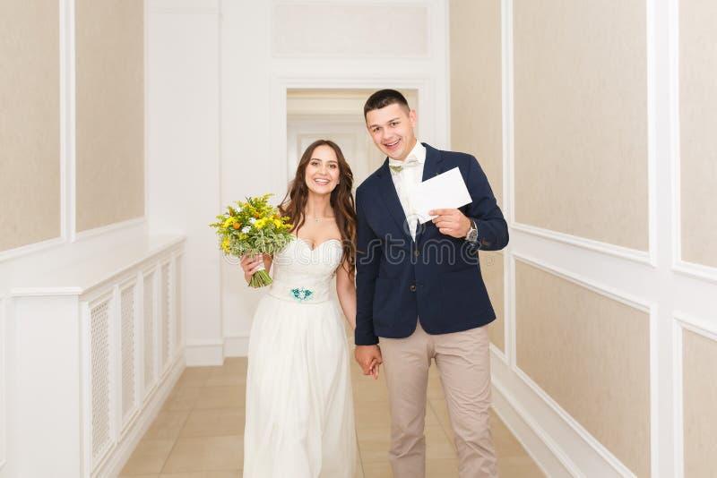 Felicidad de los pares de la boda foto de archivo