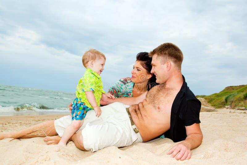 Felicidad en la playa imagen de archivo