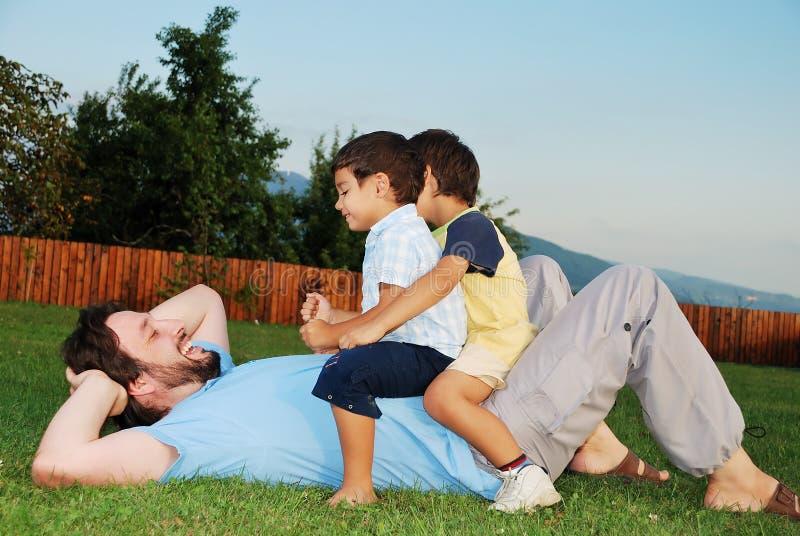 Felicidad, padre joven y niños imágenes de archivo libres de regalías
