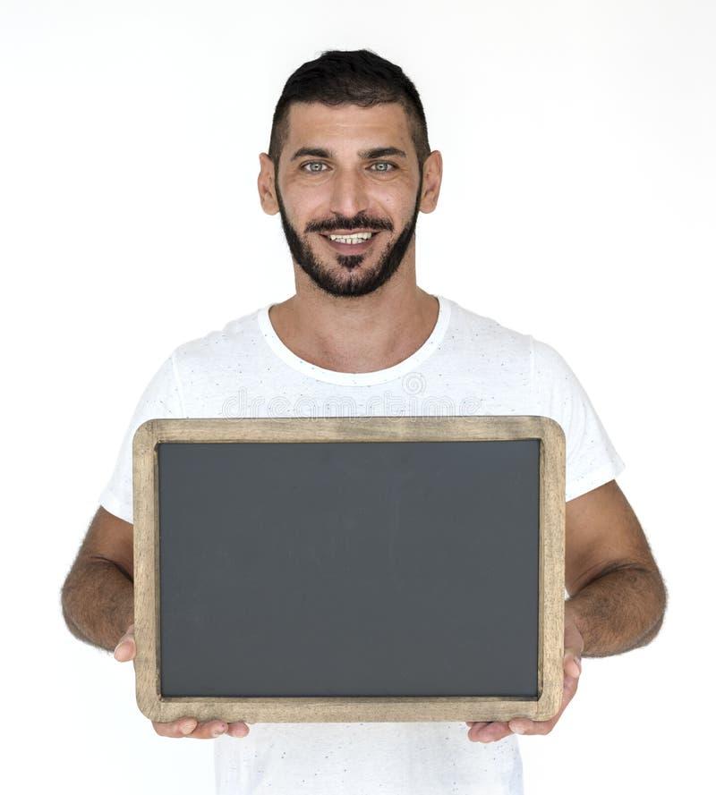 Felicidad sonriente del hombre medio-oriental que sostiene el estudio P de la pizarra fotografía de archivo