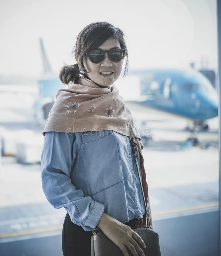 Felicidad sonriente dentuda de la cara de la mujer que viaja en aeropuerto fotos de archivo libres de regalías