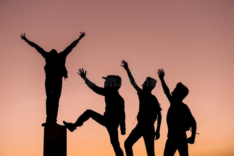 Felicidad y éxito de la parte grupo acertado de la amistad imagen de archivo