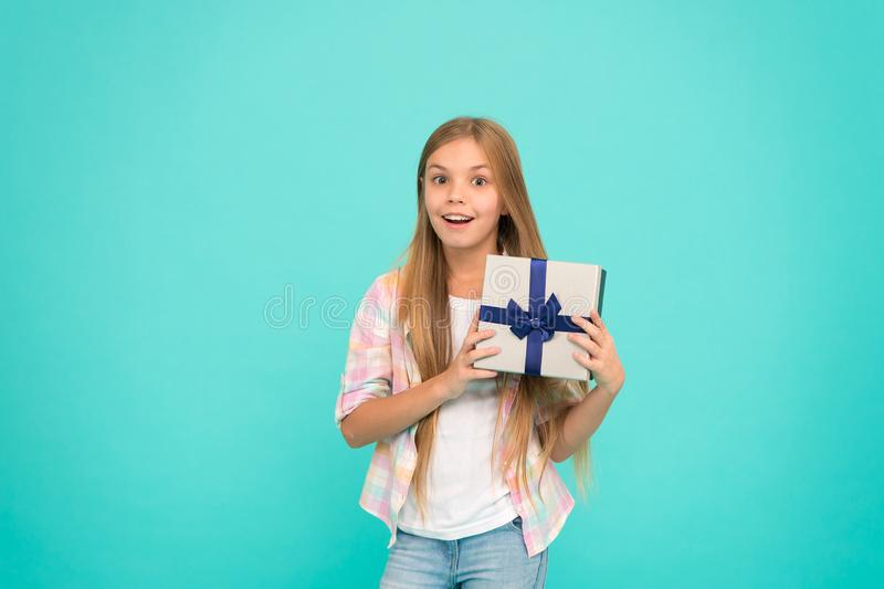 Felicidad y alegría de la lista de objetivos del cumpleaños Concepto del feliz cumpleaños Sorpresa agradable Caja de regalo de cu imagenes de archivo