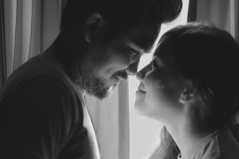 Felicidad y escena romántica de los socios de los pares del amor que hacen el ojo fotos de archivo libres de regalías