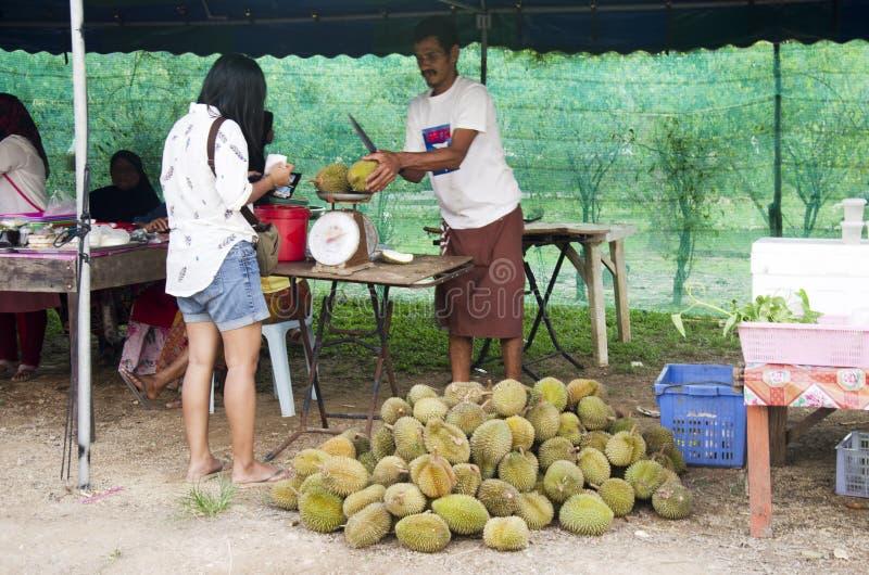 Felicidad y sonrisa asiáticas de la mujer del viajero después de comprar la FRU del durian fotografía de archivo