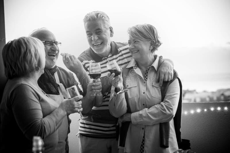 Felicidade com riso e sorrisos para o sênior caucasiano bonito dos avôs exterior no terraço vista agradável da cidade e foto de stock