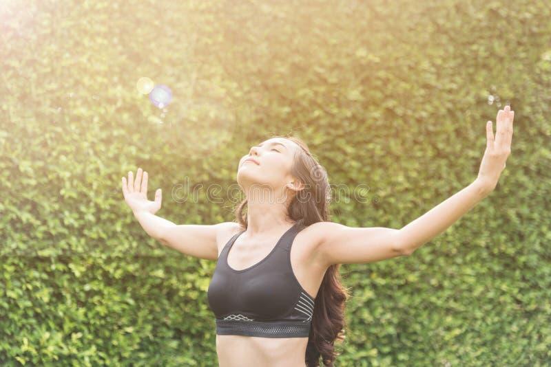 Felicidade da mulher asiática no sportswear que relaxa fotografia de stock royalty free