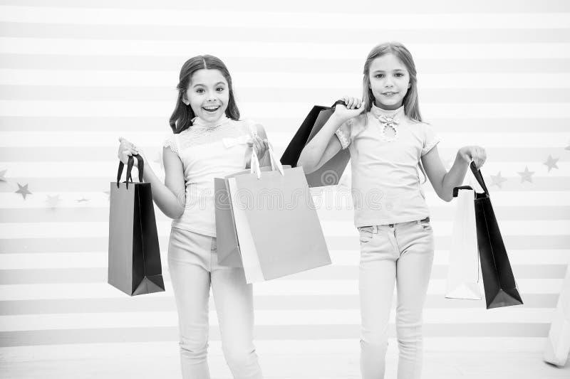Felicidade de menina Caçoa feliz levam pacotes do grupo Compra com conceito do melhor amigo As meninas gostam de comprar Caçoa fe imagem de stock royalty free