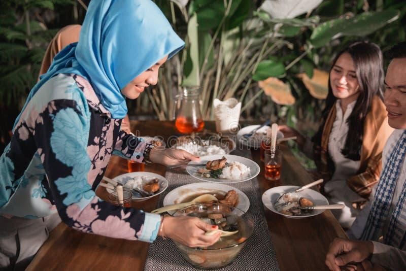 Felicidade do frienship quando aprecie comer iftar junto imagens de stock royalty free