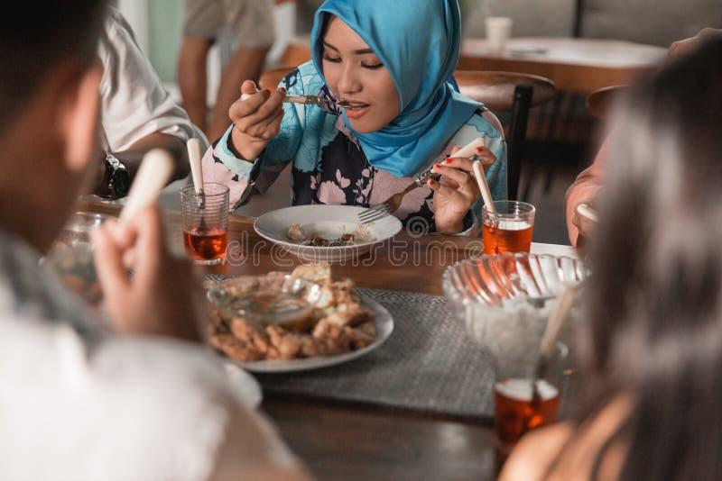 Felicidade do frienship quando aprecie comer iftar junto imagem de stock