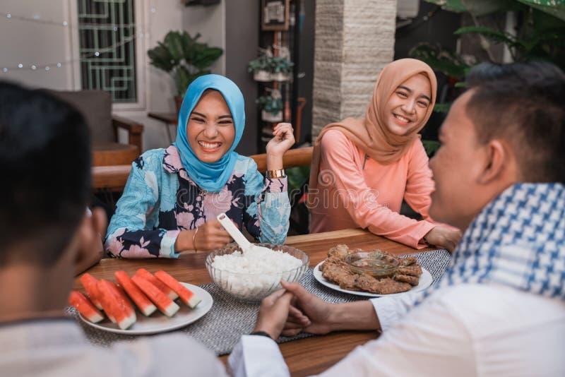 Felicidade do frienship quando aprecie comer iftar junto fotografia de stock royalty free