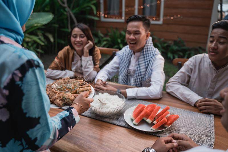 Felicidade do frienship quando aprecie comer iftar junto foto de stock royalty free
