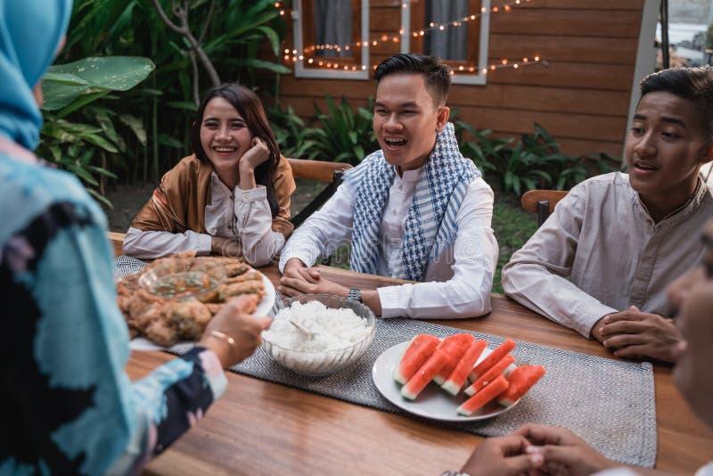 Felicidade do frienship quando aprecie comer iftar junto fotos de stock royalty free