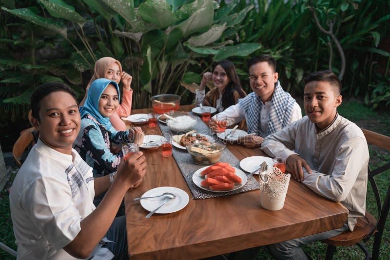 Felicidade do frienship quando aprecie comer iftar junto imagem de stock royalty free
