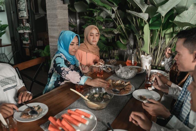 Felicidade do frienship quando aprecie comer iftar junto fotografia de stock