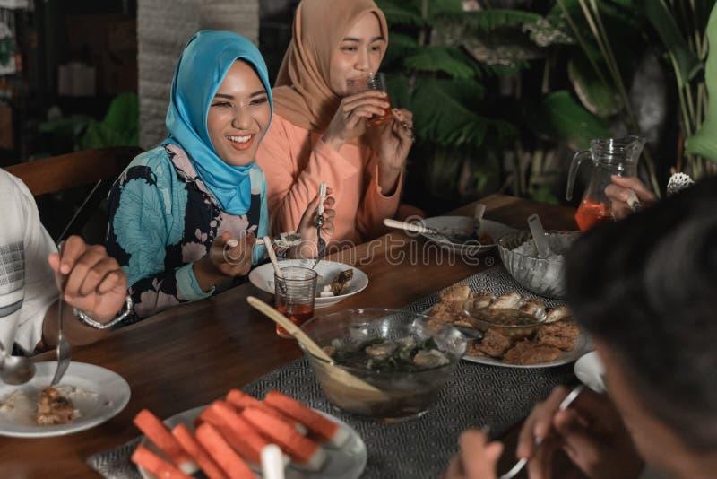 Felicidade do frienship quando aprecie comer iftar junto imagens de stock