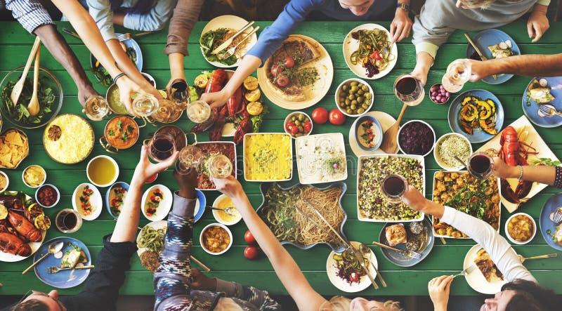 Felicidade dos amigos que aprecia o conceito comer de Dinning foto de stock