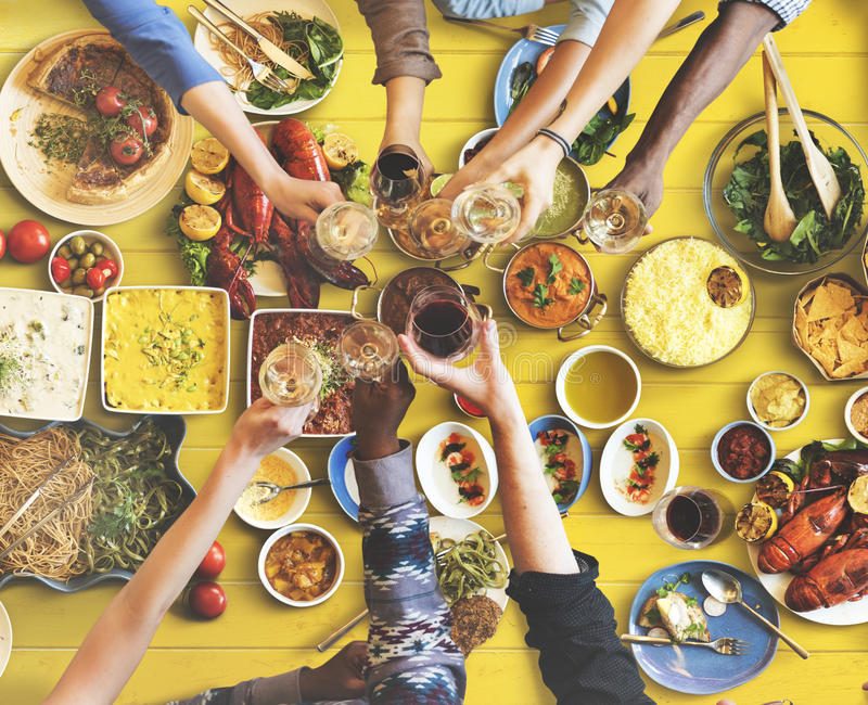 Felicidade dos amigos que aprecia o conceito comer de Dinning fotografia de stock royalty free