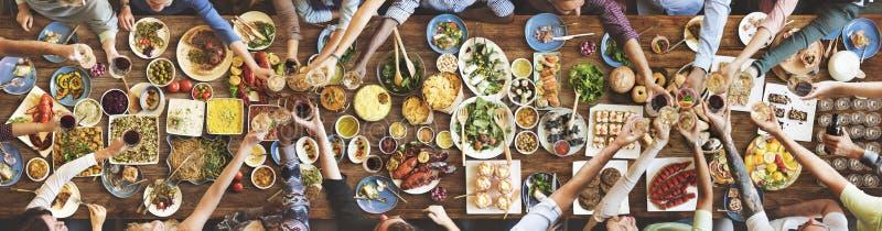 Felicidade dos amigos que aprecia o conceito comer de Dinning imagem de stock