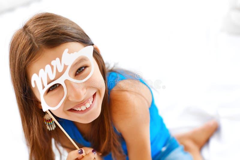 felicidade Menina que levanta com vidros foto de stock royalty free