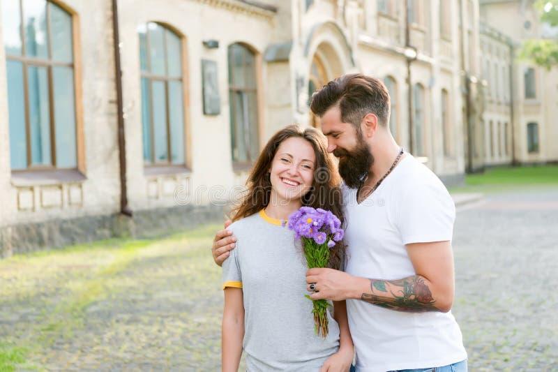 Felicidade simples Ideia romântica da data Ramalhete preparado indiv?duo da surpresa para a amiga Sentimentos verdadeiros Queda f fotografia de stock