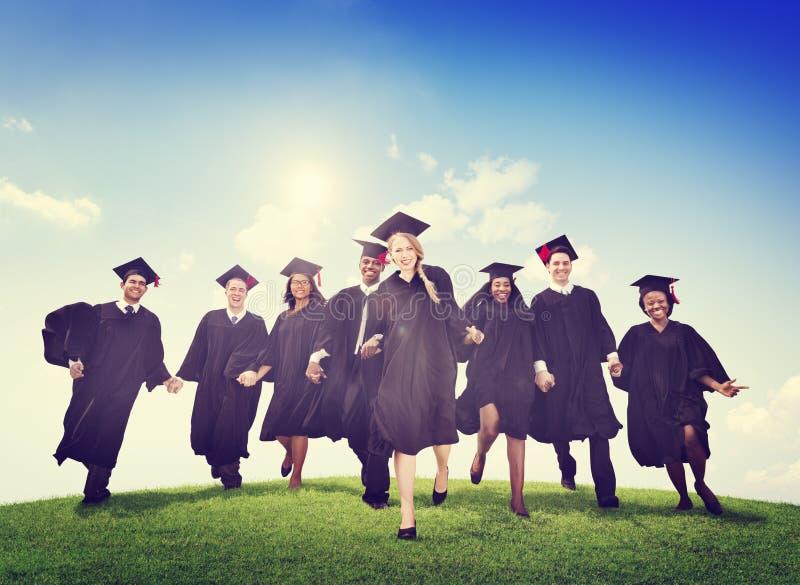 Felicità di celebrazione di risultato di successo di graduazione degli studenti fotografia stock