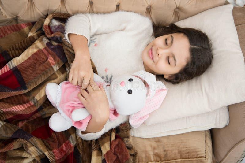 Felicità di infanzia Buona notte piccolo bambino della ragazza Sogni dolci Famiglia ed amore Il giorno dei bambini Scena antiquat fotografia stock libera da diritti