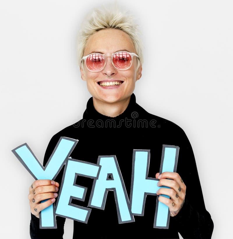 Felicità sorridente della donna che tiene il ritratto comico di parola sì fotografia stock libera da diritti