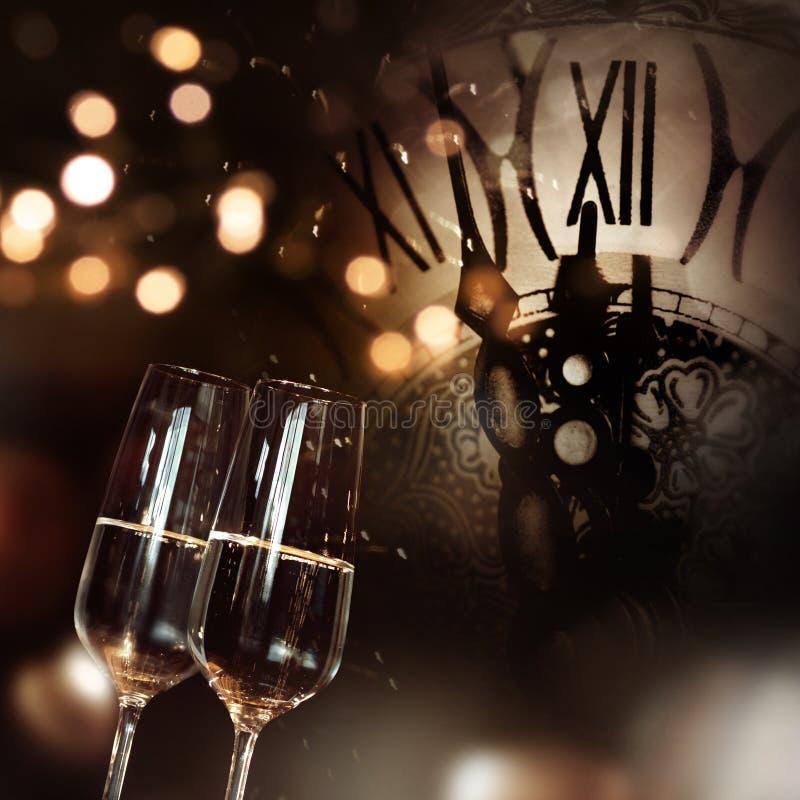 Felicitações com champanhe e pulso de disparo pelo ano novo foto de stock royalty free