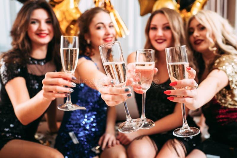 Felicitações dos vidros do champanhe do partido de galinha das meninas imagem de stock